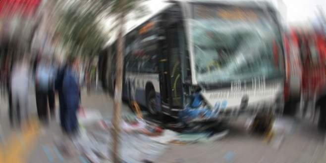 Kamyonet ile belediye otobüsü çarpıştı