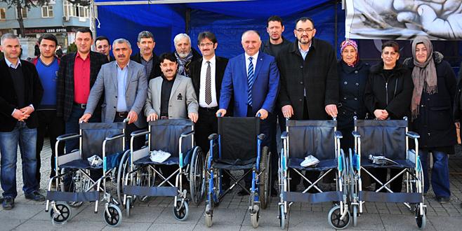 Türkmenlere tekerlekli sandalye yardımı