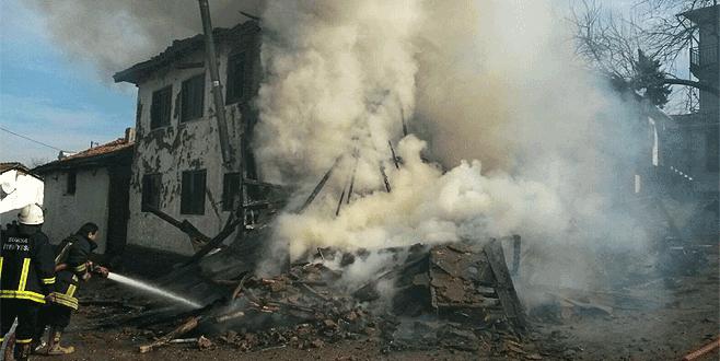 Bursa'da feci yangın: İki katlı ev kül oldu