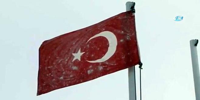 Hudut karakolunda bayrak dondu!