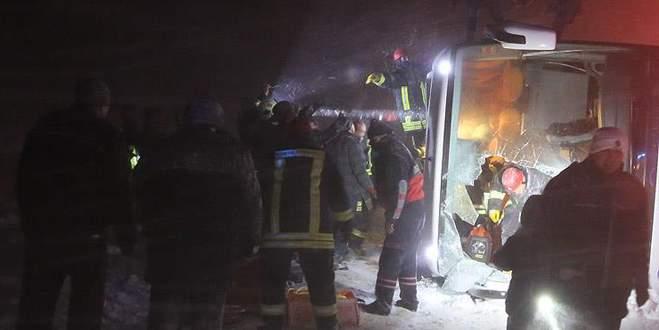 İki yolcu otobüsü devrildi: 69 yaralı