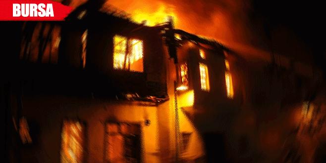 2 katlı ev alev alev yandı