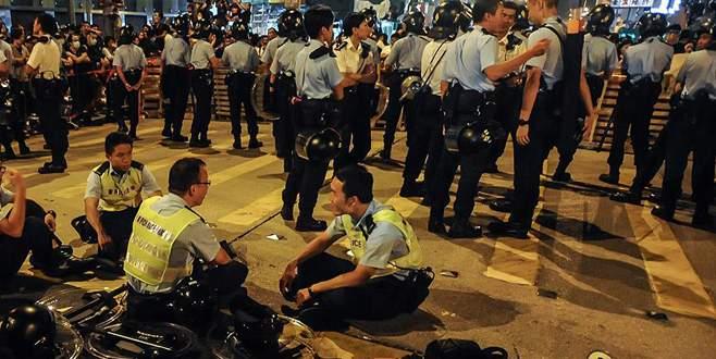 Seyyar satıcılar ile polis çatıştı: 48 yaralı