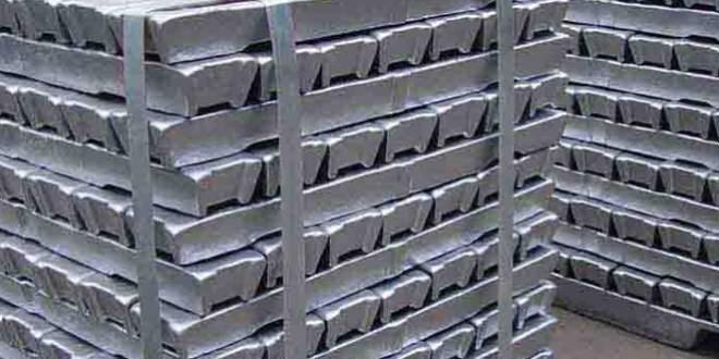 Otomobil bagajında saf alüminyum külçesi