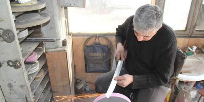 Bıçaktaki ustalığını tarihi kılıçlara taşıdı
