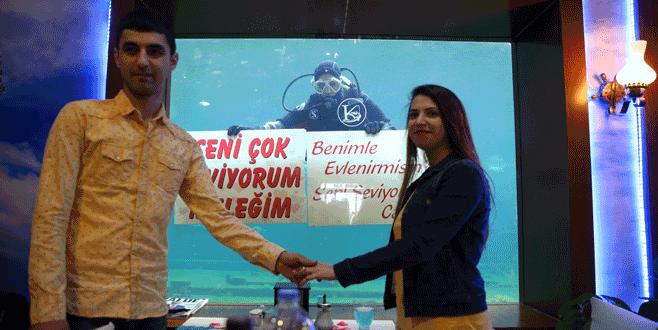 Bursa'da 'balık adam'ın getirdiği mesajla evlenme teklifi