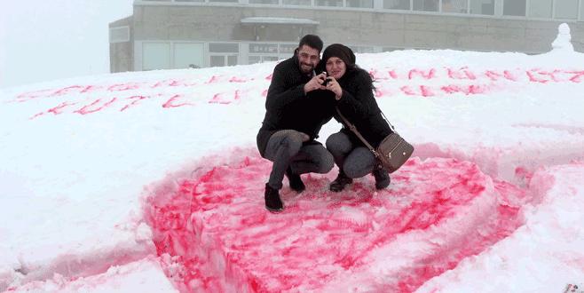 Sevgililer Günü'nü 2 bin metrede kutladılar