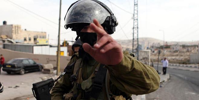 İsrail askerinden engelli Filistinliye dayak