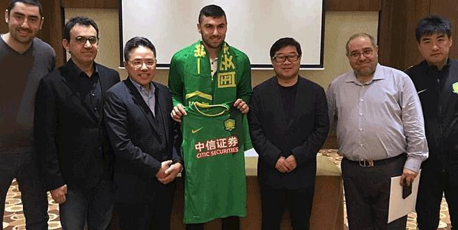 Burak Yılmaz Beijing Guoan formasıyla poz verdi