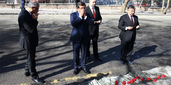 Davutoğlu saldırının gerçekleştiği alana karanfil bıraktı