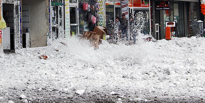 Yolda yürüyen genç kızın üzerine buz kütlesi düştü
