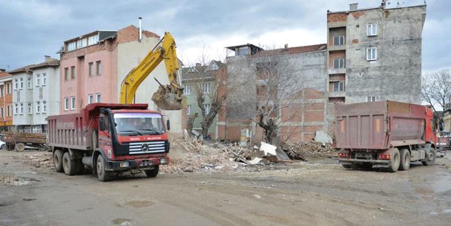 İnegöl'de tehlikeli binalar yıkılıyor