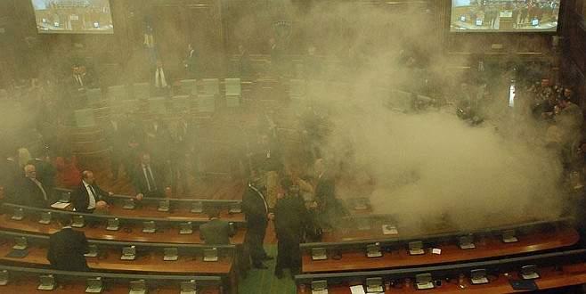 Kosova meclisinde muhalefet milletvekilleri gaz bombası attı