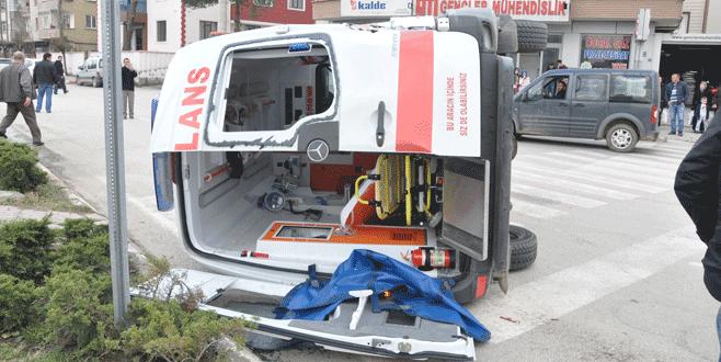 Otobüsün çarptığı ambulans takla attı!