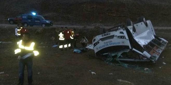 Hentbolcularu taşıyan otobüs kaza yaptı: 1 ölü, 12 yaralı