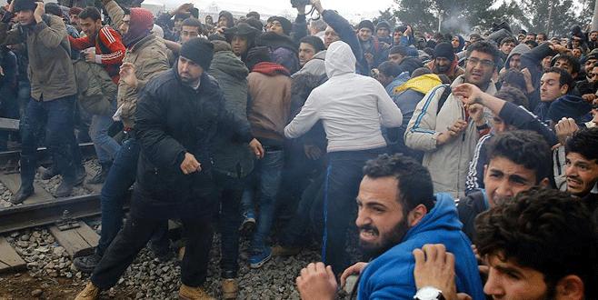 Sığınmacılar sınırı yıkıp geçti