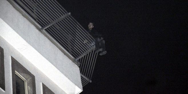 Otelin terasına çıktı