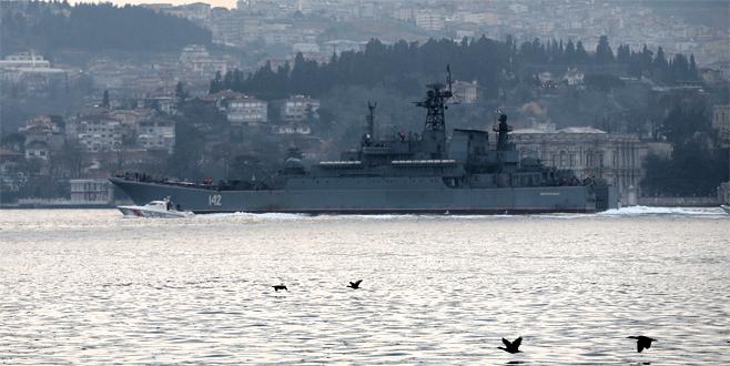 Rus savaş gemisine havadan takip