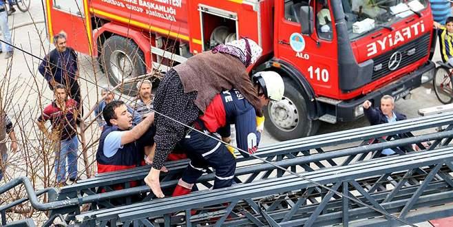 İtfaiye eri yaşlı kadını sırtında taşıyarak kurtardı