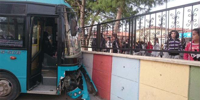 Halk otobüsü okulun duvarına çarptı
