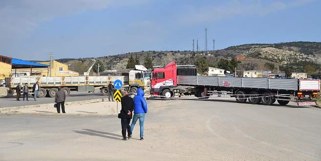 Arazilerinden geçen yolu TIR'larla trafiğe kapattılar