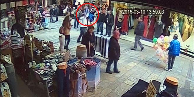 Seyyar satıcı Suriyeli çocuğu yere vurdu