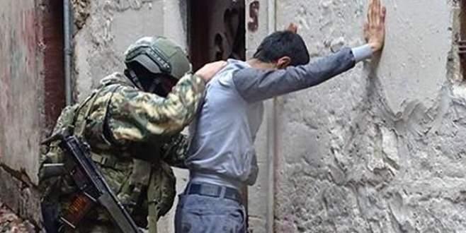'Terör'den aranan oğlunu jandarmaya teslim etti