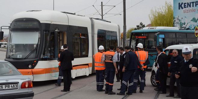 Belediye otobüsü ile tramvay çarpıştı!