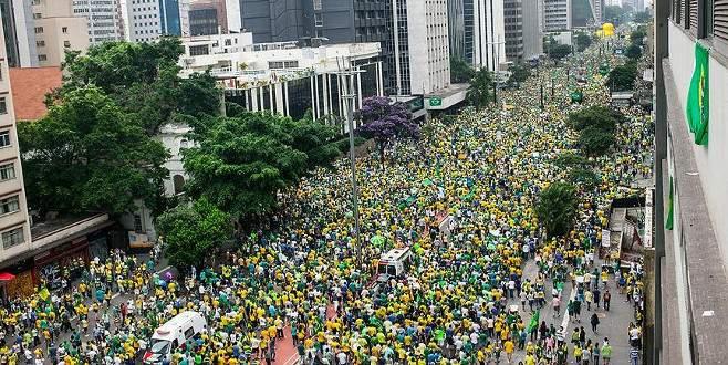 Brezilya'da 3 milyon kişi sokaklara döküldü