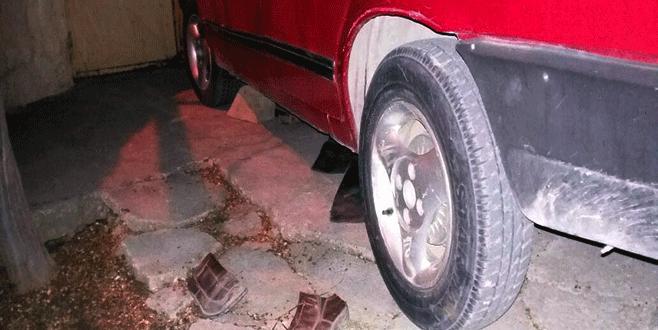 Tamir için takozla kaldırdığı otomobilin altında can verdi