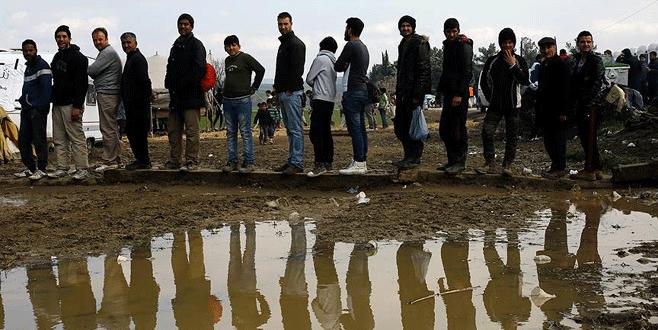 Sığınmacılar ana karaya taşınıyor