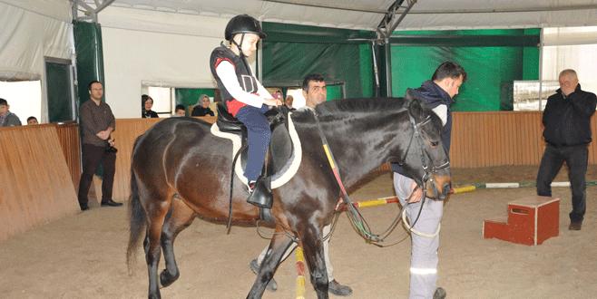 Engelli çocuklara atla terapi