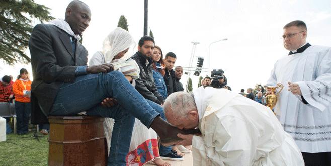 Papa mültecilerin ayaklarını öptü