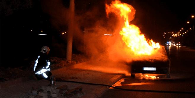 Bir saat önce aldığı otomobili alev alev yandı