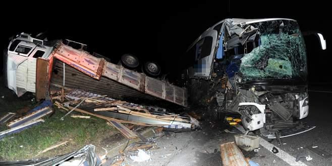 Otobüs emniyet şeridindeki kamyona çarptı
