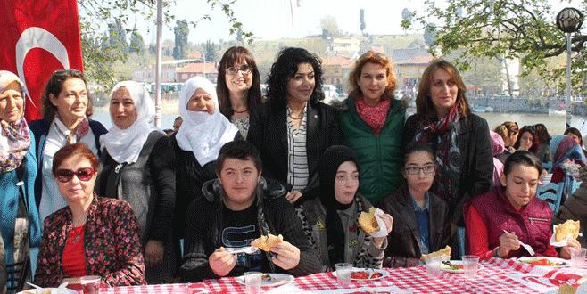 MHP'li kadınlardan örnek dayanışma
