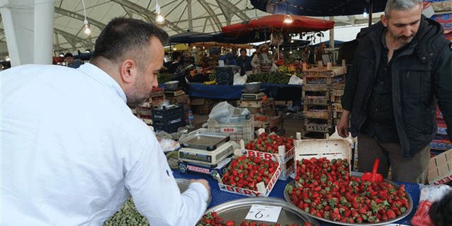 Bursa'da tezgahlar bahar meyveleriyle renklendi