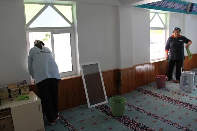 Didim'de İbadethanelerin Temizliği Sürdürülüyor