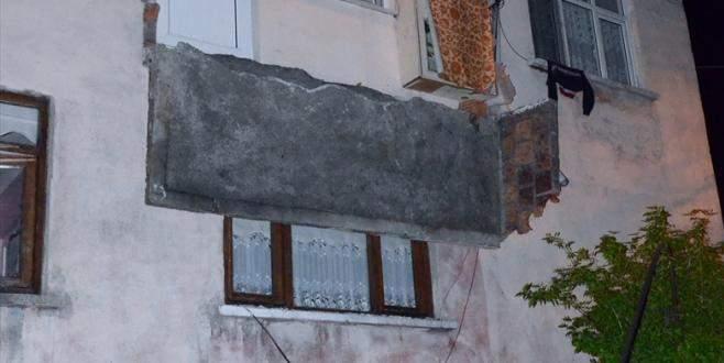 Evin balkonu çöktü: 3 yaralı
