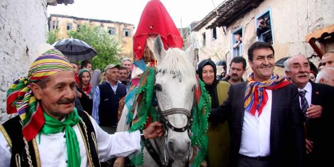 Bursa'da eski geleneklere uygun köy düğünü canlandırıldı