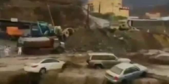 Suudi Arabistan'ı sel vurdu: En az 18 ölü!