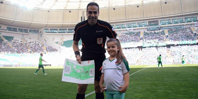 Minik Bursasporlu taraftardan maçın hakemine hediye