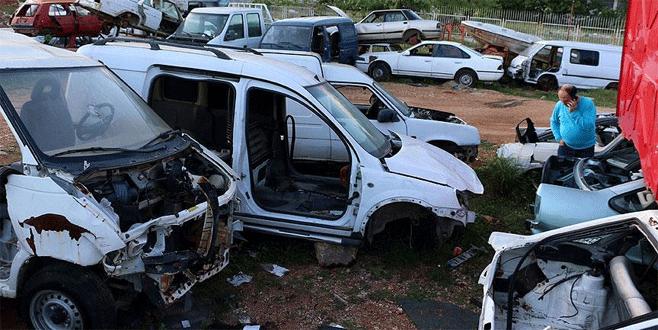 Kaza yapan aracı 'taksit taksit' çaldılar