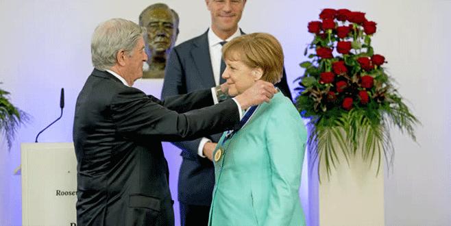 Merkel'e özgürlük ödülü verildi