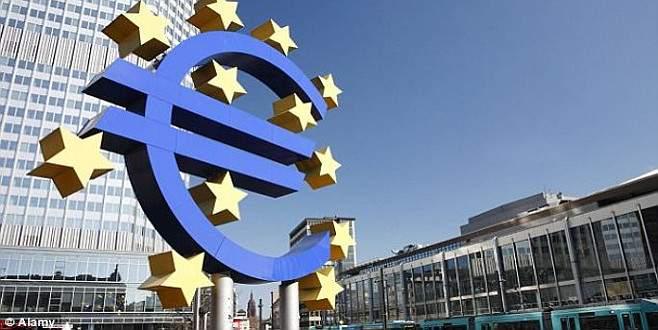ECB, büyüme beklentilerini düşürdü