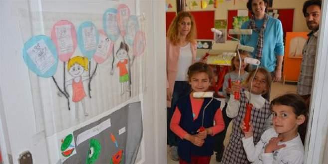 Bayramda öğretmenleriyle okulu boyadılar