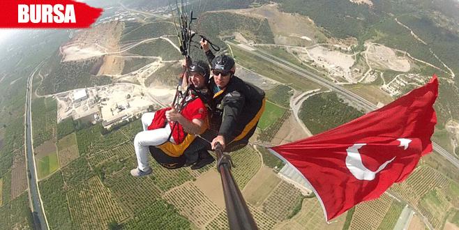 Gökyüzünde Türk bayrağı açarak bayramı kutladılar