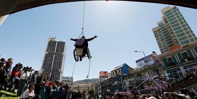 Kendisini tekerlekli sandalyeyle astı!