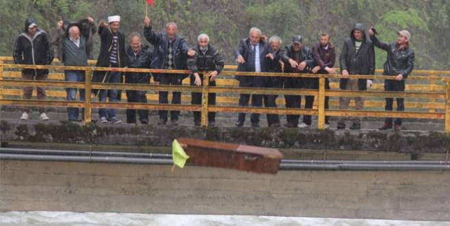 Yağmur aniden bastırınca tabutu dereye attılar!