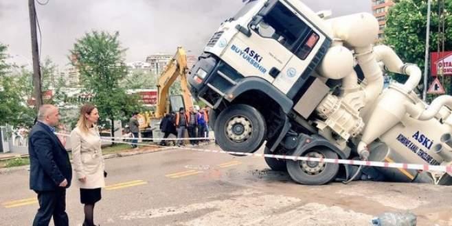 Dev çukura bu kez kamyon düştü!